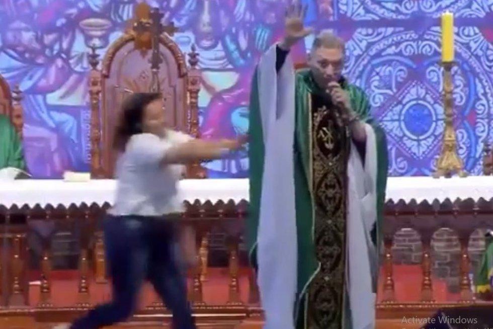 Kunigas nustumtas nuo scenos (nuotr. stop kadras)