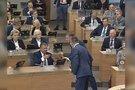 Kuriozas Seimo posėdyje: Karbauskis parlamentarams dalino taikos duoną (nuotr. stop kadras)