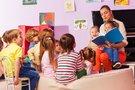 Auklėtoja su vaikais (nuotr. 123rf.com)
