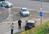 """Pamatęs policiją iš išgąsčio """"CityBee"""" vairuotojas rėžėsi į """"Lexus"""""""
