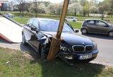 Vilniuje girtas BMW vairuotojas rėžėsi į stulpą