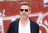 """Nyksta akyse: sulysęs Bradas Pittas """"paskendo"""" susiglamžiusiame kostiume"""