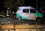 Vairuotojas be teisių sumaitojo policijos automobilį: 2 pareigūnai medikų rankose