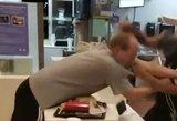 """Plinta """"McDonald's"""" darbuotojos atsakas smurtautojui: už drąsą giria visi"""