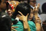 """""""AirAsia"""" aukų artimuosius apėmė neviltis ir isterija"""