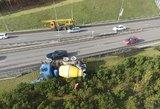 Avarija Vilniuje: laužydamas stulpus betonvežis nulėlė nuo kelio