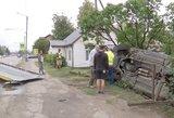 Kauniečių namuose netikėti svečiai: ryte BMW įlėkė į kiemą ir apsivertė