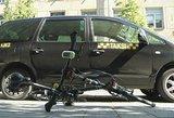 Vilniaus centre susižeidė į taksi dureles atsitrenkusi dviratininkė