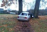 Tarp medžių įstrigusio BMW vairuotojas šokiravo policininkus
