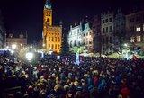 Tūkstančiai žmonių Lenkijoje išėjo į gatves gedėti nužudyto politiko