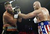 Fury sudaužė dar neįveiktą Schwarzą ir ringe užtraukė legendinę dainą žmonai