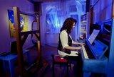 Rašytoja Akvilė Kavaliauskaitė sukūrė neįtikėtiną instaliaciją – rašantį pianiną