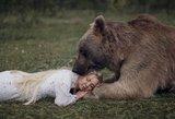 Keri visą pasaulį: fotografė įamžino gražuoles laukinių gyvūnų glėbyje