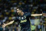 Moterys negalėjo atitraukti akių: C. Ronaldo kartu su komanda įsiamžino be marškinėlių