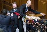 Ukrainos parlamente kilo muštynės, kai politikai pabandė iš salės išnešti premjerą
