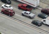 Veiksmo filmų vaizdelis: automobilio gaudynės pažymėtos šūvių serijomis