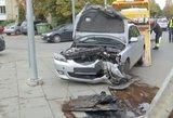 Iš girto ir į stulpą įvažiavusio vairuotojo kauniečiai ryte atiminėjo raktus