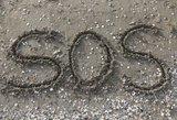 Saloje įstrigusius jūrininkus padėjo rasti SOS ženklas smėlyje