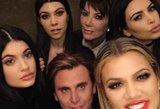 Kardashianų klanas pasidalino naujausiomis nuotraukomis: akį traukiantis šventinis įvaizdis
