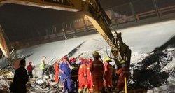 Nufilmuota baisi nelaimė: griūvantis viadukas po savimi palaidojo automobilius