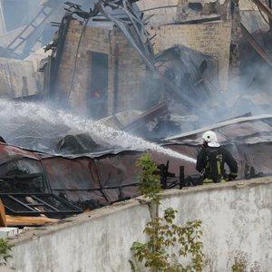 Gaisras Lentvaryje: ugniagesiai kovojo su didelėmis liepsnomis