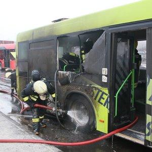 Sostinėje užsidegė autobusas, buvo ribojamas eismas