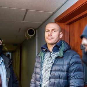 Kyšio paėmimu įtariamas Kauno policininkas kaltės nepripažįsta: nuspręsta jį suimti