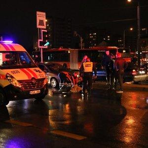 Vilniuje per raudoną bėgančią moterį partrenkė automobilis