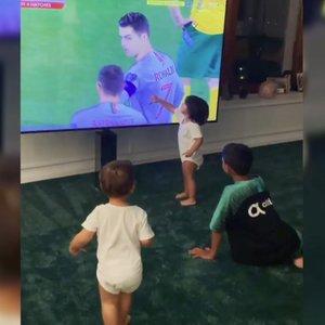 Šeima palaikė Ronaldo: vaizdai, ką per rungtynes su Lietuva veikė jo vaikai