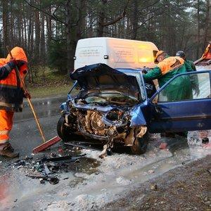 Skaudi avarija Vilniuje: po susidūrimo su autobusu gelbėtojai vadavo prispaustus sutuoktinius