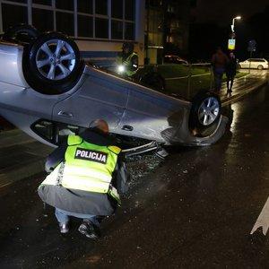 Klaikus girto vyro pasivažinėjimas Vilniuje: apvertė automobilį ir įpūtė daugiau kaip 2 promiles