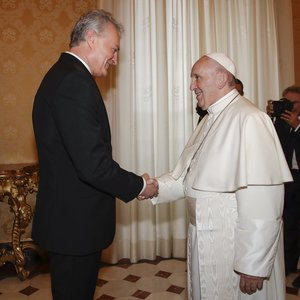Nausėda susitiko su popiežiumi – papasakojo savo tėvo istoriją