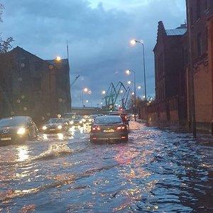 Neįprastas rytas Klaipėdoje: patvinusios gatvės tapo sunkiai pravažiuojamos