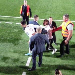 Nufilmuota iš arti: Lietuvoje apsauga nuo Ronaldo nutempė gerbėją