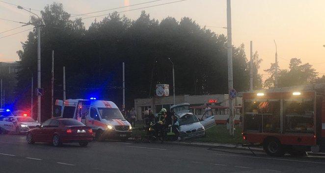 Iš siaubingai sumaitoto automobilio Vilniuje ugniagesiai vaduoja žmones