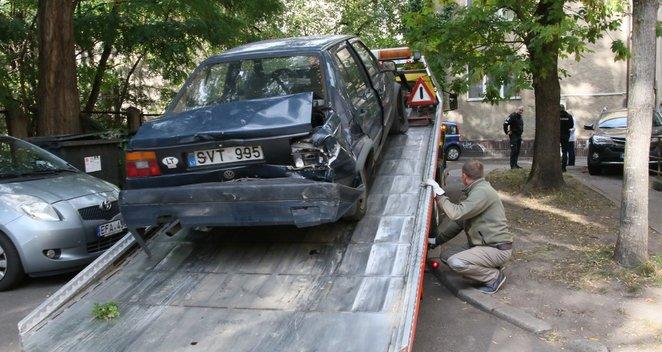Neblaivi vairuotoja Vilniuje rėžėsi į du stovinčius automobilius