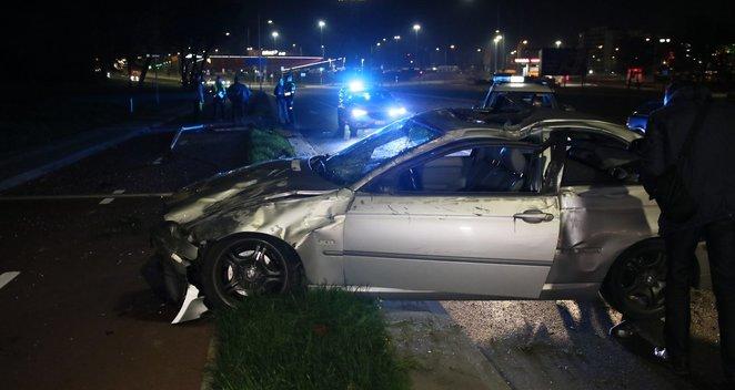 Per avariją BMW nuvertė stulpą ir vertėsi