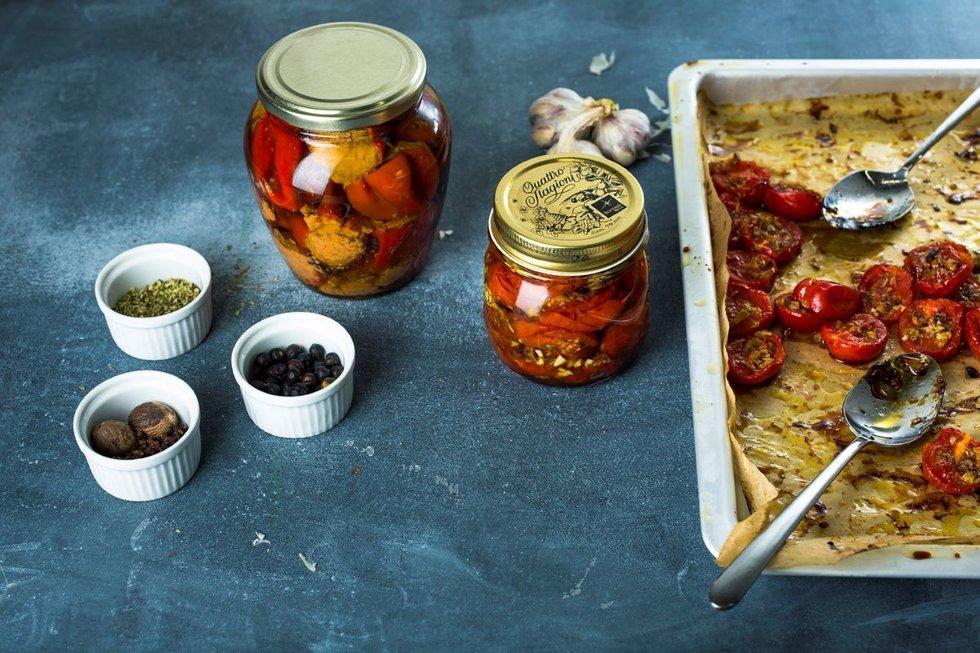 Konservuoti orkaitėje apkepti pomidoriukai