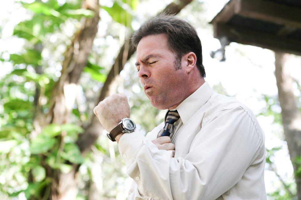 Vienas tuberkuliozės simptomų – kosulys (nuotr. 123rf.com)