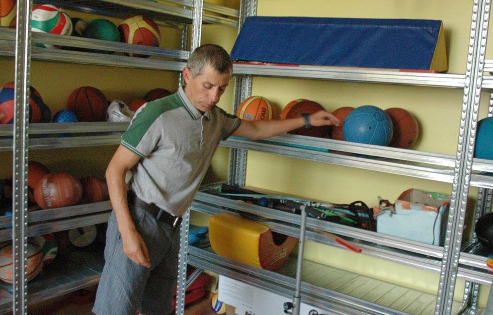 Linui Balsiui dirbant su regos sutrikimų turinčiais vaikais padeda tai, kad pats turi regėjimo negalią. Linos Jakubauskienės nuotr.