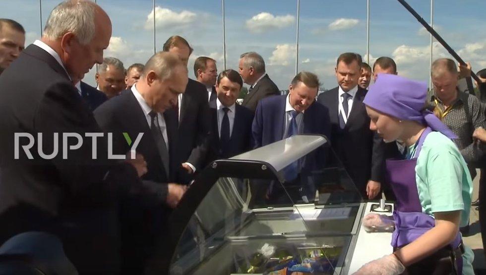 2017-aisiais ta pati moteris pardavinėjo V. Putinui ledus (nuotr. Ruptly) (nuotr. YouTube)