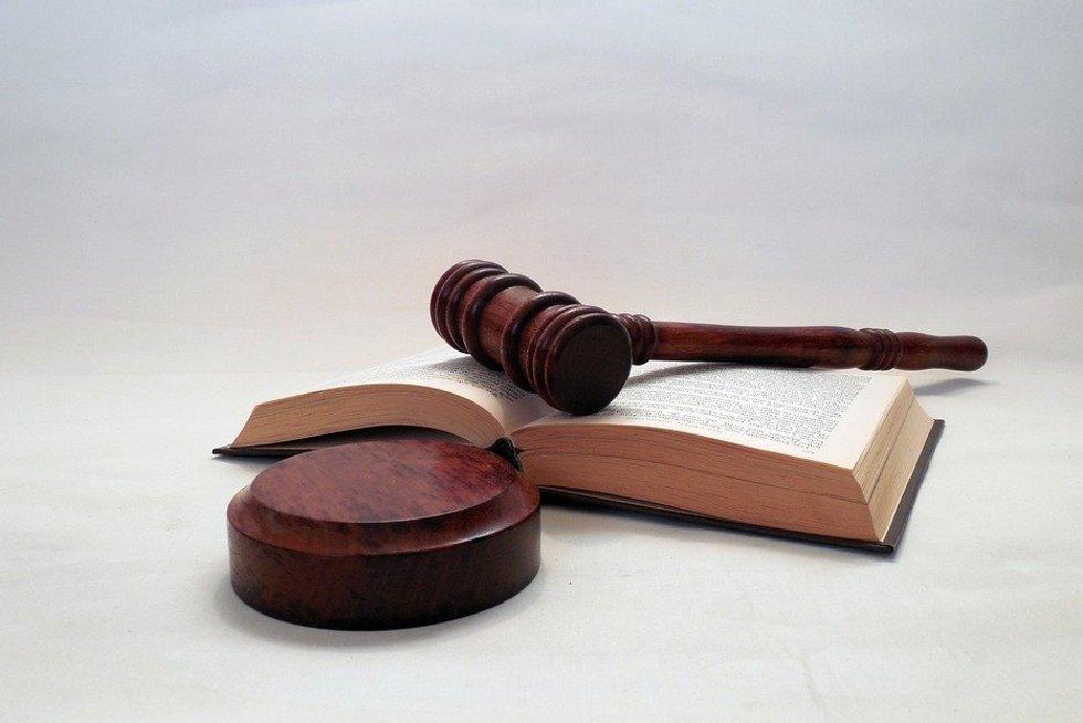 Prieš teismą stos du pareigūnai, netinkamai atlikę savo pareigas (pixabay.com)