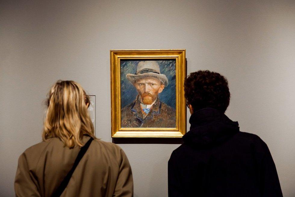 """Lankytojai apžiūri Vincento van Gogho autoportretą Amsterdame įsikūrusiame Nyderlandų muziejuje """"Rijsmuseum"""" (nuotr. 123rf.com)"""
