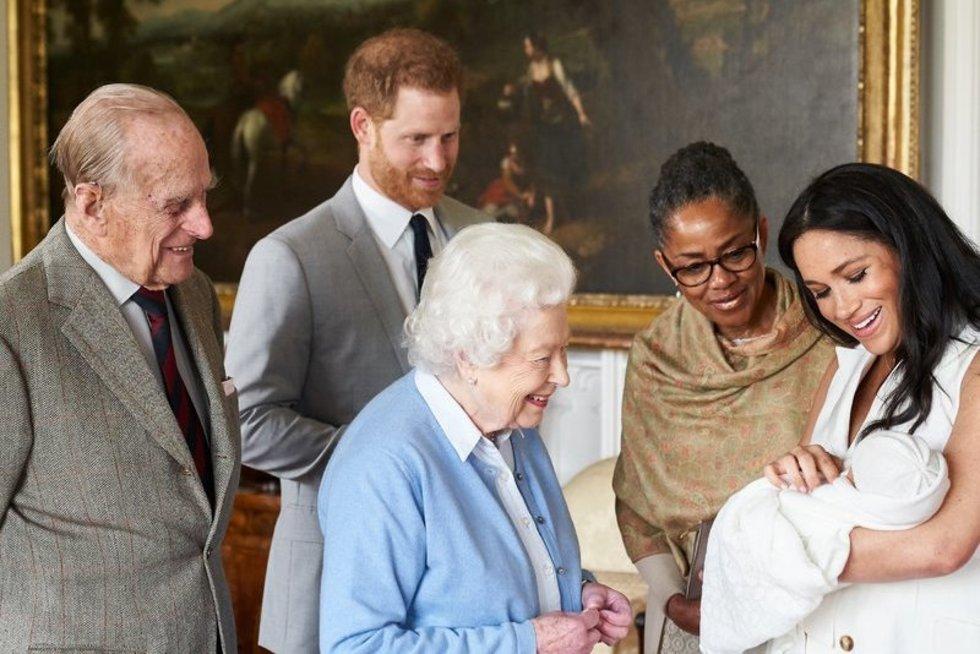 Karališkoji šeima sutinka princo Harry ir Meghan Markle kūdikį (nuotr. SCANPIX)