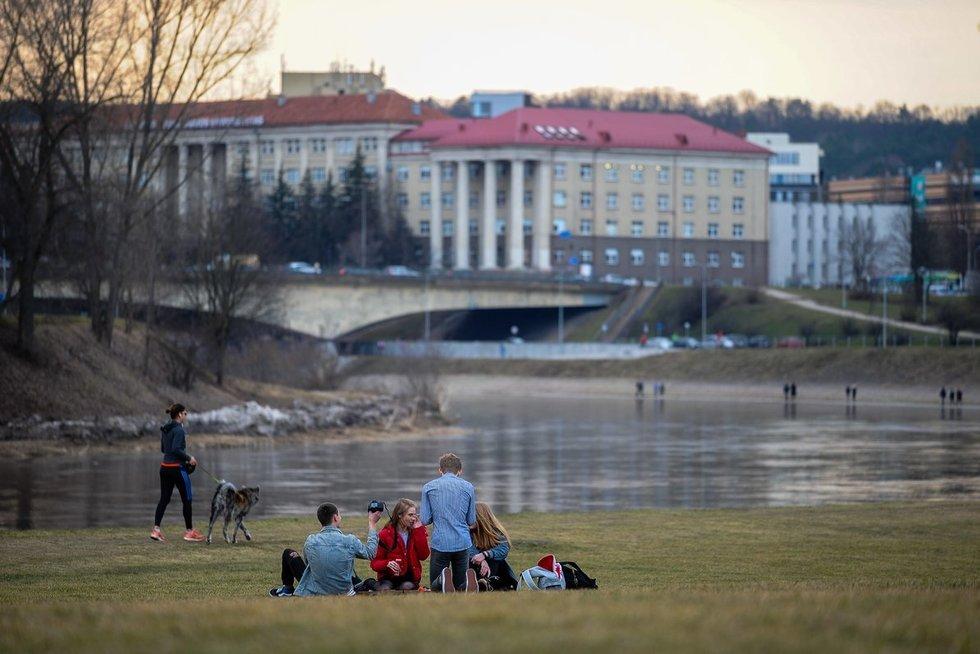 Šiltą dieną žmonės džiaugiasi pavasariu (nuotr. Fotodiena.lt)