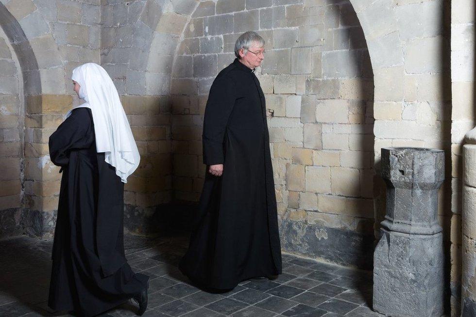 Vienuolė, kunigas (nuotr. 123rf.com)