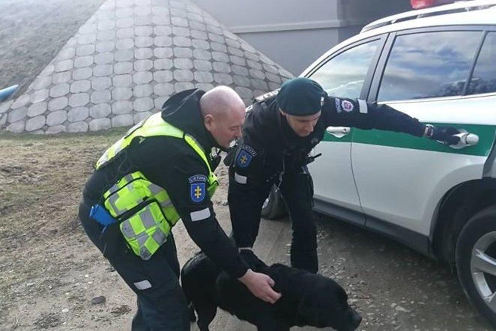 Policininkai išgelbėjo šunį (nuotr. Policijos departamento)