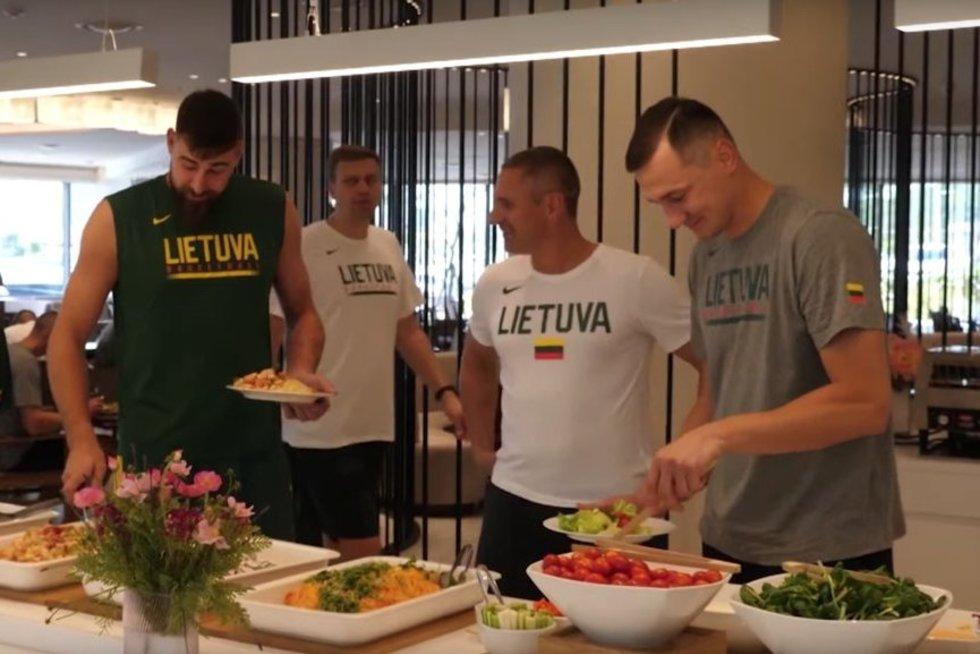 Lietuvos krepšinio rinktinei – Azijos virtuvės iššūkiai (nuotr. stop kadras)