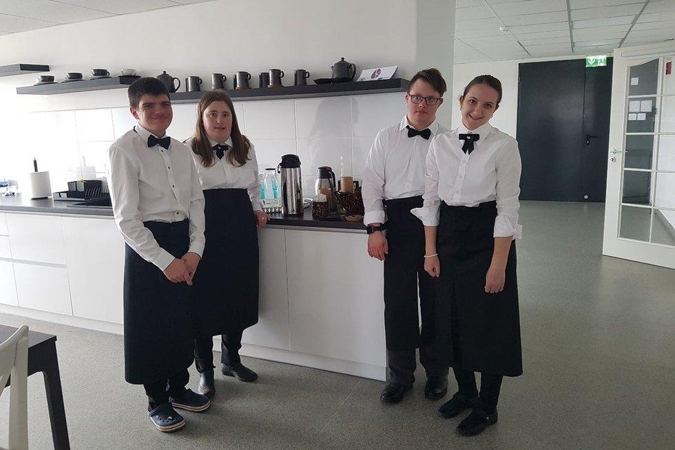 """Mobilioje kavinėje """"Solidarumo kava"""" lankytojus aptarnauja sutrikusio intelekto jaunuoliai: Paulius, Kotryna, Roberta, Martynas ir Sandra. Panevėžio jaunuolių dienos centro nuotr."""