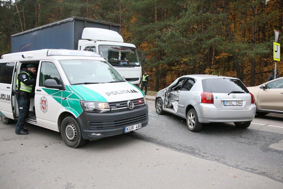 Vilniuje sunkvežimis taranavo lengvąjį automobilį (nuotr. Broniaus Jablonsko)